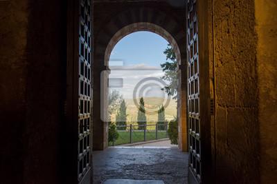 Plakat Tuscan widok przez wejściem arch