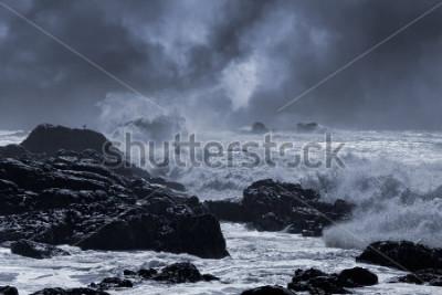 Plakat Typowa morska burza z północnego wybrzeża Portugalii. Nieco wzmocnione niebo. Stonowany niebieski.
