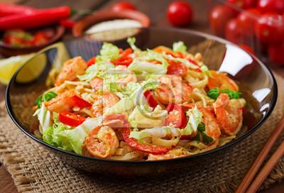 Udon makaron z krewetkami, pomidorami i papryką.