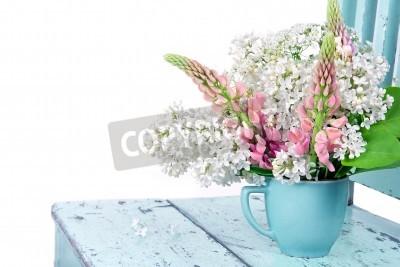 Plakat Układ kwiaty na tamtejsze jasnoniebieskim krzesło wyizolowanych na białym