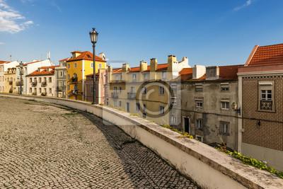 Plakat Ulica w Alfama, Lizbona, ze starej kostki brukowej i płytek