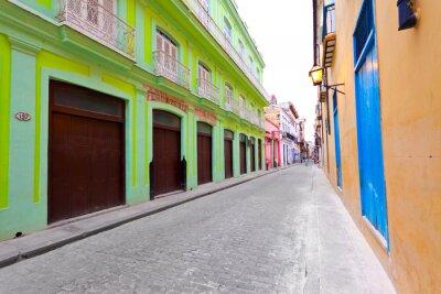 Plakat Ulica w Starej Hawanie odsunięty przez kolorowych budynków