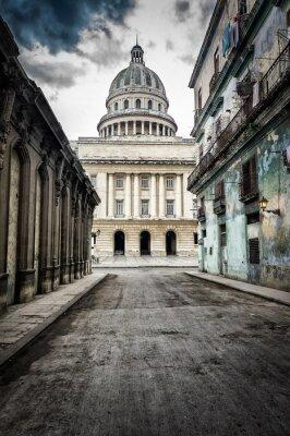 Plakat Ulica z rozsypujących się budynków prowadzących do Kapitolem w Hawanie
