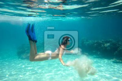 Underwater strzelać dziewczyny w bikini gry z piasku w lesie
