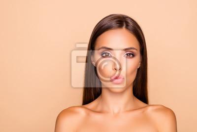 Plakat Urocza urocza brunetka dama włosy z nagimi ramionami sh