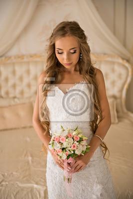 Plakat Uroczy piękna narzeczona gospodarstwa bukiet ślubny w rękach