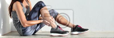Plakat Uruchamianie urazów nóg ból sport - biegacz biegacz kobieta boli gospodarstwa bolesne skręconą kostkę mięśni. Kobieta lekkoatletka z bólem stawów lub mięśni i problem uczucie boli panoramę baner.
