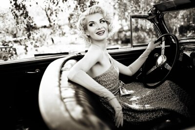 Plakat Uśmiechnięta kobieta retro w cabrio