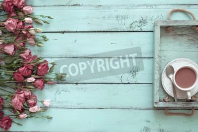 Plakat Vintage drewniana taca z porcelanowej filiżanki i różowe kwiaty na tle mięty shabby chic, top punktu widzenia