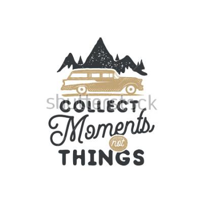 Plakat Vintage ręcznie sporządzona znaczaka campingowa i godło. Etykieta pieszej. Inspirujące logo przygodowe na terenie powietrznym. Typografia w stylu retro. Motywacyjny cytat - zbieraj chwile na odbitki,