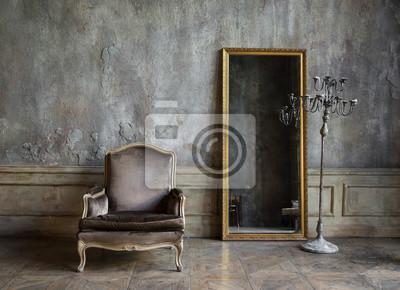 Plakat W pokoju są antyczne lustro i krzesło