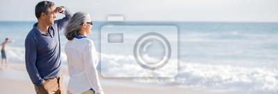 Plakat W połowie wieku para na plaży