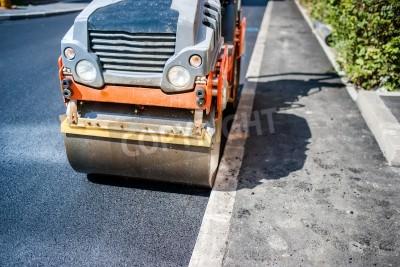 Walce wibracyjne ciężkie rolki na nawierzchni asfaltowej pracuje dla budownictwa drogowego