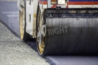 Walec wibracyjny Heavy Vibration na nawierzchni asfaltowej służy do budowy dróg i autostrad