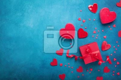 Plakat Walentynka dnia tło z prezenta pudełkiem i czerwonymi sercami. Widok z góry. Płaskie świeckie stylu.