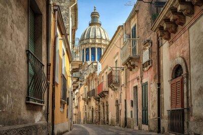 Plakat Wąska malowniczych ulicy w Ragusa, Sycylia, Włochy