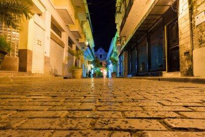 Plakat Wąska ulica w nocy w Starej Hawanie
