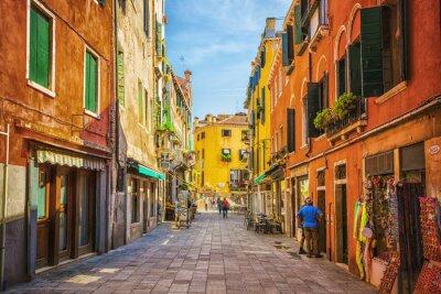 Plakat Wąski kanał wśród starych kolorowych domów w Wenecji z cegły