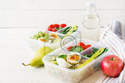 Wegetariańskie pojemniki do przygotowywania posiłków z jajkami, brukselką, fasolką szparagową i pomidorem. Kolacja w pudełku na lunch