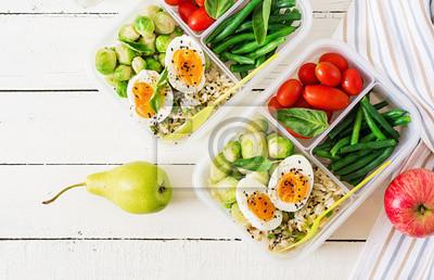 Wegetariańskie pojemniki do przygotowywania posiłków z jajkami, brukselką, fasolką szparagową i pomidorem. Kolacja w pudełku na lunch. Widok z góry. Leżał płasko