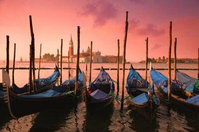 Plakat Wenecja z gondoli znanych w delikatnym różowym sunrise światła,