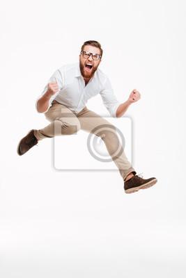 Plakat Wesoły młody człowiek brodaty skoków