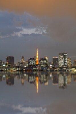 Plakat Widok na miasto w Tokio i Tokyo Tower z refleksji