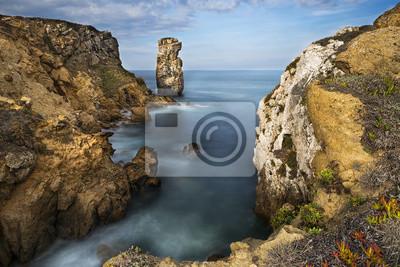 Plakat Widok na morze i skały w Peniche, Portugalia