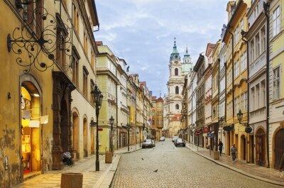 Plakat Widok na ulicę w centrum starego Praga - stolica i największe miasto Republiki Czeskiej - tło podróży