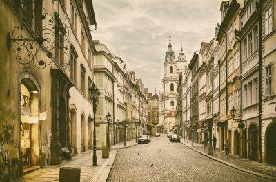 Plakat Widok na ulicę w centrum starego Praga - stolica i największe miasto Republiki Czeskiej - vintage sepia retro tło podróży