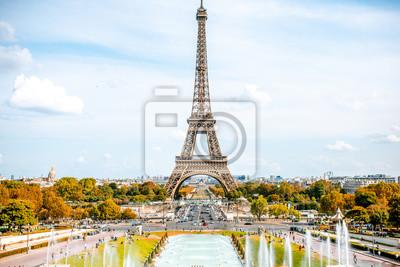 Plakat Widok na wieżę Eiffla z fontannami w ciągu dnia w Paryżu