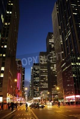 Plakat Widok ulicy w godzinach wieczornych na Manhattanie w Nowym Jorku