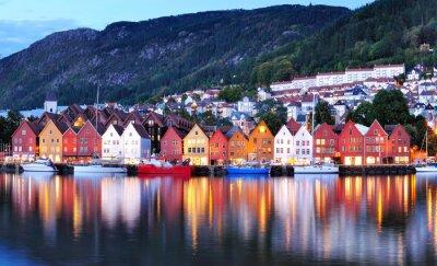 Plakat Widok w nocy Miasta Bergen odbicie