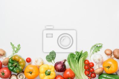 Plakat widok z góry dojrzałych warzyw i ziół na białym tle