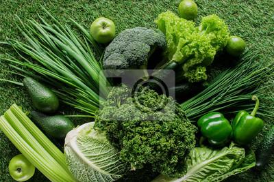 Plakat widok z góry niegotowane smaczne zielone warzywa na trawie, zdrowe jedzenie koncepcja