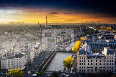 Plakat Widok z lotu ptaka Paryża z katedry Notre-Dame z wieży Eiffla w oddali. Spektakularny zachód słońca z ciepłym świetle jesienią.