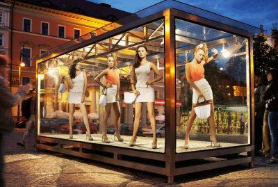 Plakat Wiele kobiet na zakupy na oknie wystawowym