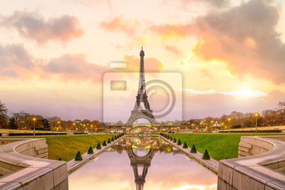 Plakat Wieża Eiffla o wschodzie słońca od Fontanny Trocadero w Paryżu