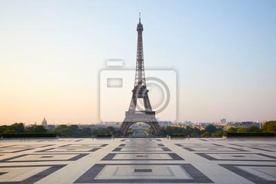 Plakat Wieża Eiffla, pusty Trocadero, nikt w pogodny letni poranek w Paryżu, Francja