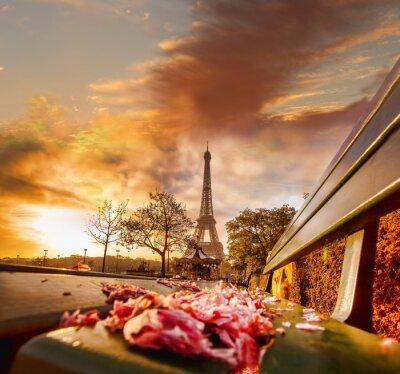 Plakat Wieża Eiffla w czasie pięknej wiosenny poranek w Paryżu, Francja