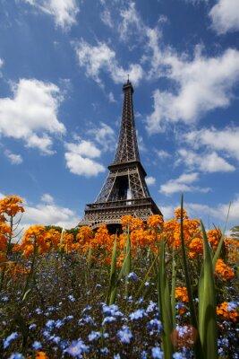 Plakat Wieża Eiffla w Paryżu, Francja otoczona kwiatami