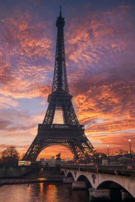 Plakat Wieża Eiffla w Paryżu o wschodzie słońca