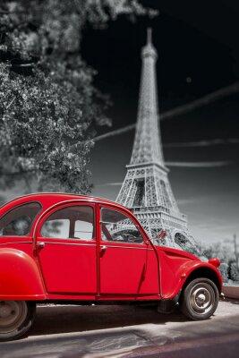 Plakat Wieża Eiffla z stary czerwony samochód w Paryżu, Francja