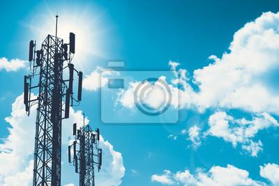 Plakat wieża komunikacyjna lub 3G 4G sieci telefon komórkowy sylwetka na błękitne niebo i miejsca na tekst