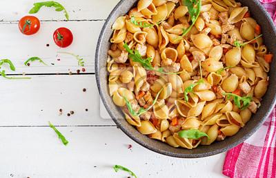 Włoskie muszelki makaronowe z sosem mięsno-pomidorowym. Makaron Conchiglie. Widok z góry