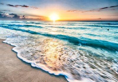 Plakat Wschód słońca na plaży w Cancun