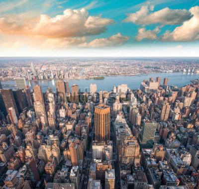 Plakat Wspaniały letni zmierzch nad Manhattan drapaczami chmur - Nowy Jork.