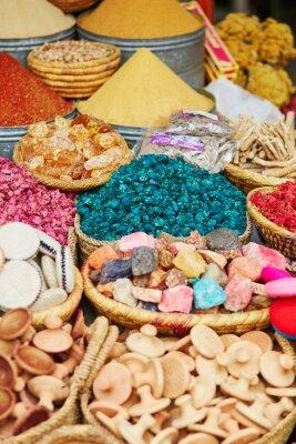 Plakat Wybór przypraw na rynku tradycyjnym marokańskim