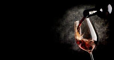 Plakat Wylewanie wina na czarnym