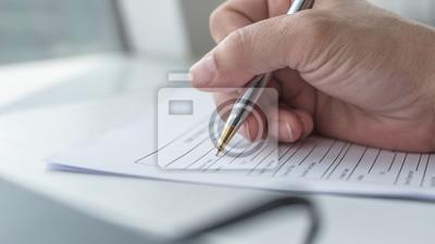 Plakat Wypełnienie wniosku aplikacyjnego przez wnioskodawcę ubiegającego się o pracę lub zarejestrowanie wniosku o ubezpieczenie zdrowotne